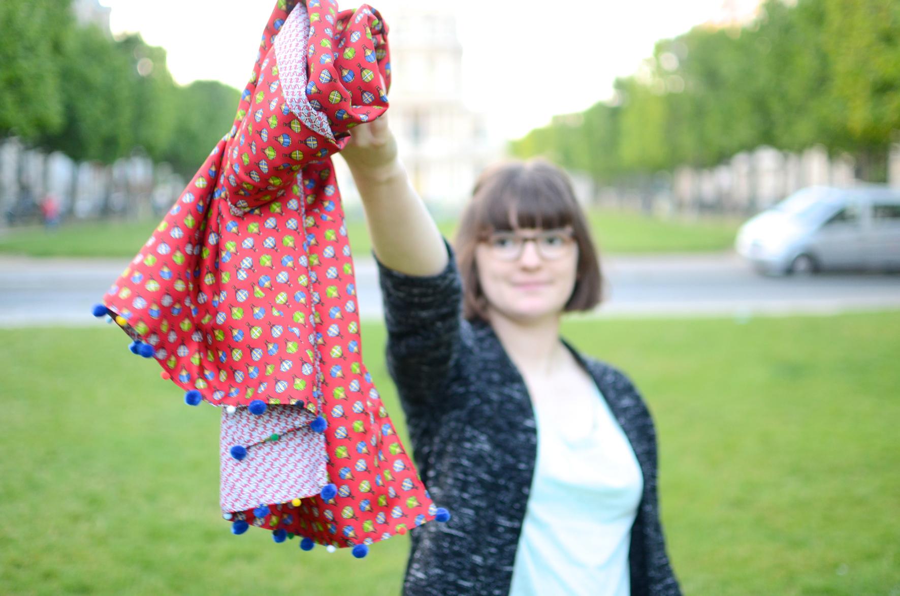 Le foulard en soie à pompons, DIY  34 – Bienvenue chez Coline 368bf11bf39