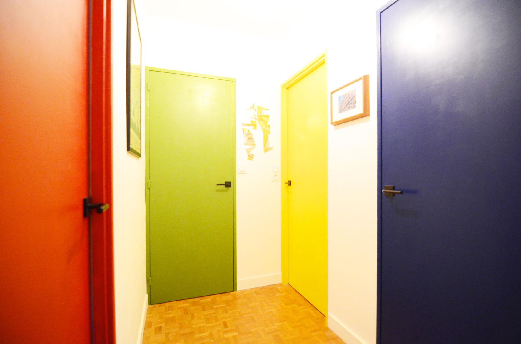 Le corbusier dans mon couloir design 18 bienvenue chez - Porte peinte en deux couleurs ...